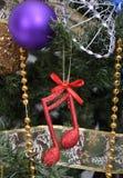 Kerstboom, details, muzieknoten, ballen Stock Afbeeldingen