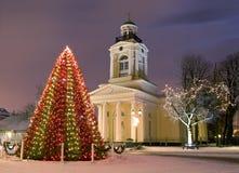 Kerstboom dichtbij kerk bij nieuwe jaarvooravond royalty-vrije stock foto