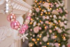 Kerstboom dichtbij open haard in ruimte Roze ballenslinger en feestelijke lichten op de Kerstmisachtergrond met fonkelingen stock foto's