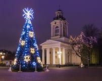 Kerstboom dichtbij oude kerk in Ventspils royalty-vrije stock foto