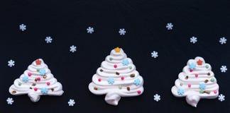 Kerstboom die door schuimgebakje met witte snowflackes wordt gemaakt royalty-vrije stock afbeeldingen