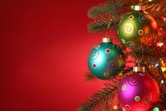 Kerstboom die met ballen wordt verfraaid Royalty-vrije Stock Foto