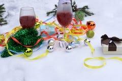 Kerstboom die met Kerstboom en wijn op bokehachtergrond verfraaien stock fotografie