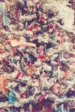 Kerstboom die met speelgoed wordt verfraaid Stock Afbeelding