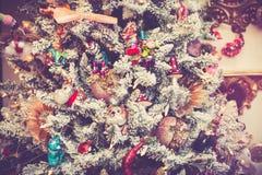 Kerstboom die met speelgoed wordt verfraaid Stock Fotografie