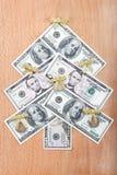 Kerstboom die ââout van Amerikaanse dollars wordt gemaakt. Royalty-vrije Stock Foto's