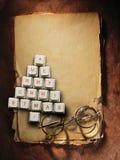 Kerstboom die van computersleutels en glazen, Oude document achtergrond wordt gemaakt Royalty-vrije Stock Afbeeldingen