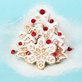 Kerstboom die van Koekjes met Bessen wordt gemaakt Royalty-vrije Stock Afbeelding