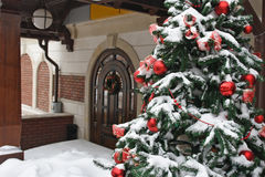 Kerstboom die voor het huis wordt verfraaid stock foto