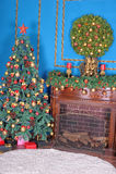 Kerstboom door de open haard stock afbeeldingen