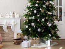 Kerstboom in een heldere ruimte wordt verfraaid die stock afbeeldingen