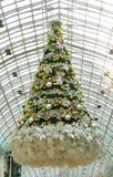 Kerstboom in een wandelgalerij Stock Fotografie