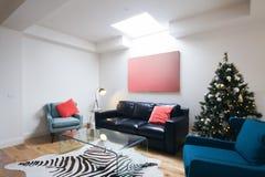 Kerstboom in eigentijdse woonkamer in Australisch huis Royalty-vrije Stock Foto's