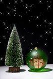 Kerstboom en de bal van Kerstmis Stock Foto's