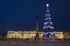 Kerstboom en de Winterpaleis (het museum van de Kluiskunst), St. Huisdier Stock Fotografie