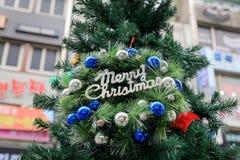 Kerstboom en decoratie stock afbeelding