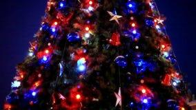 Kerstboom en decoratie op nachtachtergrond stock videobeelden