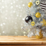Kerstboom en decoratie over de achtergrond van bokehlichten Zwarte, gouden en zilveren ornamenten Stock Afbeelding