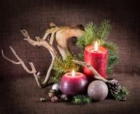 Kerstboom en decoratie, verfraaid kaarsen en drijfhout Stock Foto's