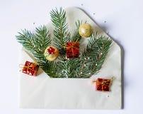 Kerstboom en decoratie in witte envelop stock foto's