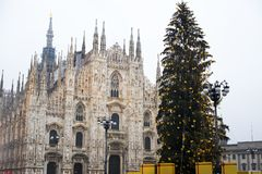 Kerstboom en Duomo van het vierkant van Milaan Itali? royalty-vrije stock foto