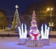Kerstboom en elektrische beeldhouwwerken, Moskou Stock Foto