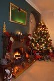 Kerstboom en Feestelijke Open haard Royalty-vrije Stock Afbeeldingen
