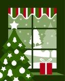 Kerstboom en gift bij venster Stock Foto