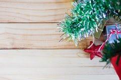 Kerstboom en giftdozen met sterren op houten raad stock afbeelding