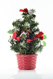 Kerstboom en giftdozen op witte achtergrond Stock Afbeelding