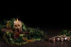 Kerstboom en kegels die met het branden van kaars wordt verfraaid De viering van de Kerstmisvakantie Royalty-vrije Stock Afbeeldingen