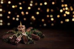 Kerstboom en kegels met het branden van kaars wordt verfraaid die en boke De viering van de Kerstmisvakantie stock foto