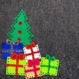 Kerstboom en kleurrijke giften op grijze achtergrond Stock Fotografie