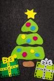 Kerstboom en kleurrijke giften op grijze achtergrond Royalty-vrije Stock Fotografie