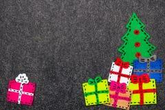 Kerstboom en kleurrijke giften op grijze achtergrond Royalty-vrije Stock Afbeelding
