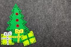 Kerstboom en kleurrijke giften op grijze achtergrond Stock Foto