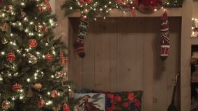 Kerstboom en kousen stock footage
