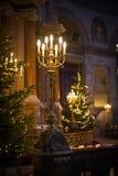 Kerstboom en lichten in oude kerk Stock Afbeeldingen