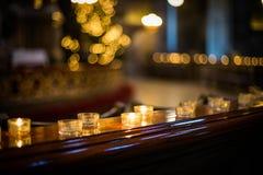 Kerstboom en lichten in oude kerk Stock Afbeelding