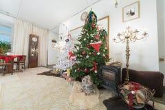 Kerstboom en open haard royalty-vrije stock afbeeldingen