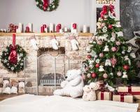 Kerstboom en open haard stock afbeeldingen