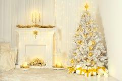 Kerstboom en Open haard, Gouden Kleur Verfraaid Zaal Binnenland stock fotografie