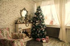 Kerstboom en open haard met een leunstoel royalty-vrije stock foto