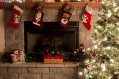 Kerstboom en Open haard met Kerstmiskousen Royalty-vrije Stock Afbeeldingen
