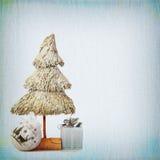 Kerstboom en snuisterijen op achtergrond van oude geweven fab Royalty-vrije Stock Afbeelding