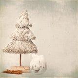 Kerstboom en snuisterijen op oude achtergrond Royalty-vrije Stock Foto