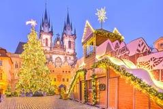 Kerstboom en sprookjekerk van onze Dame Tyn, Praag, Tsjechische Republiek stock afbeelding