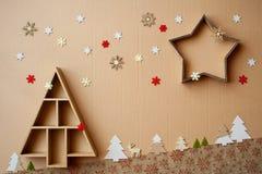 Kerstboom en ster gevormde giftdozen met decoratie op kartonachtergrond Royalty-vrije Stock Fotografie