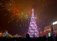 Kerstboom en vuurwerk in Kharkov, de Oekraïne Stock Foto's