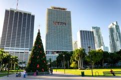 Kerstboom en wolkenkrabbers bij Bayfront-park royalty-vrije stock foto's